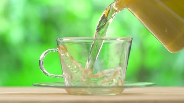 Aromatický čaj nalil do poháru skleněné
