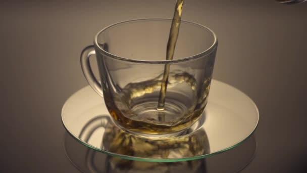 Zelený čaj se nalije do skleněné šálek čaje