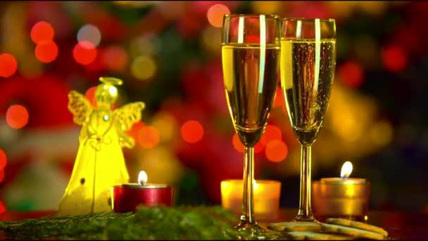 Weihnachtsfeier mit zwei Sektgläsern