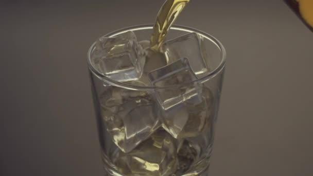 Öntés egy scotch whisky, a sziklák