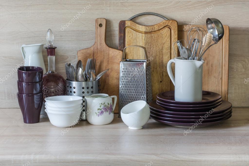 Vajilla vajillas utensilios y otras cosas diferentes en tapa de tabla de madera bodeg n de - Utensilios de cocina de diseno ...