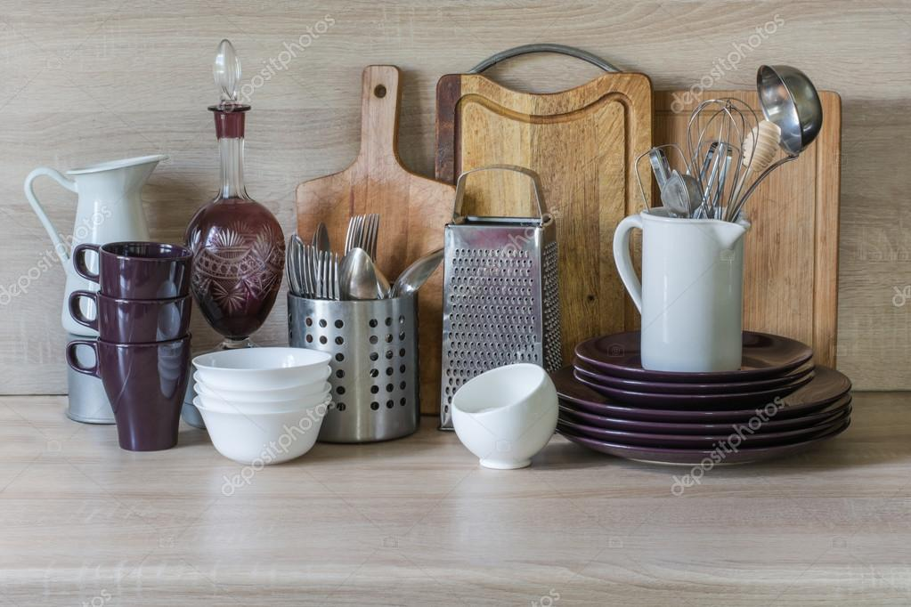 Stoviglie vasellame utensili e altre cose diverse sul tavolo in legno cucina natura morta - Mollettone per stirare sul tavolo ...