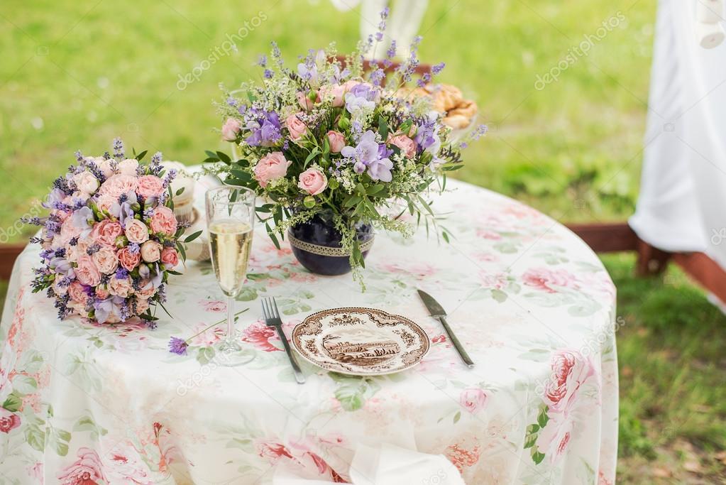 Podava Tabulka Venku Usporadani Kvetu Levandule A Ruze Svatebni