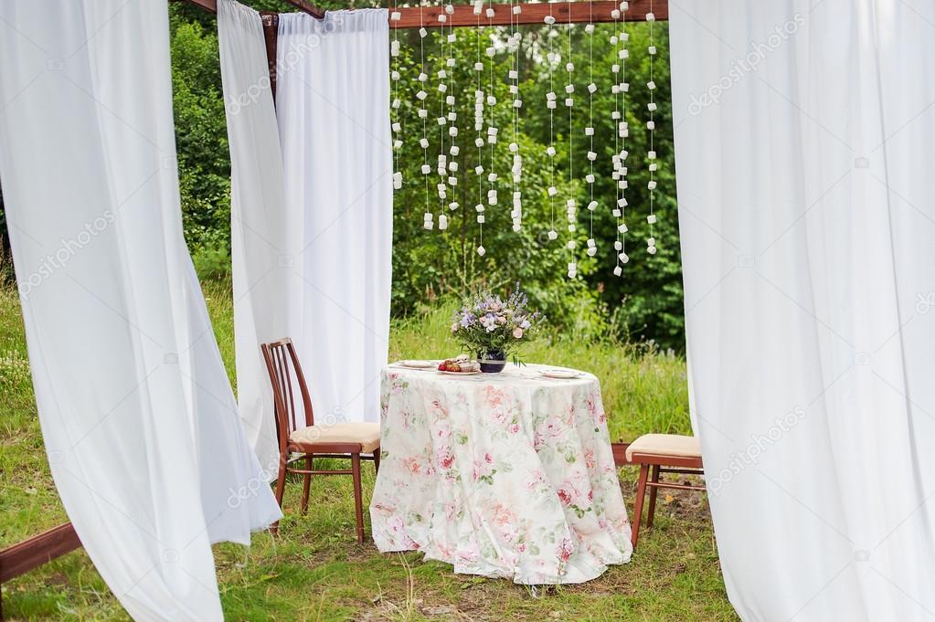 Gazebo esterno con tende bianche. decorazioni di nozze u2014 foto stock