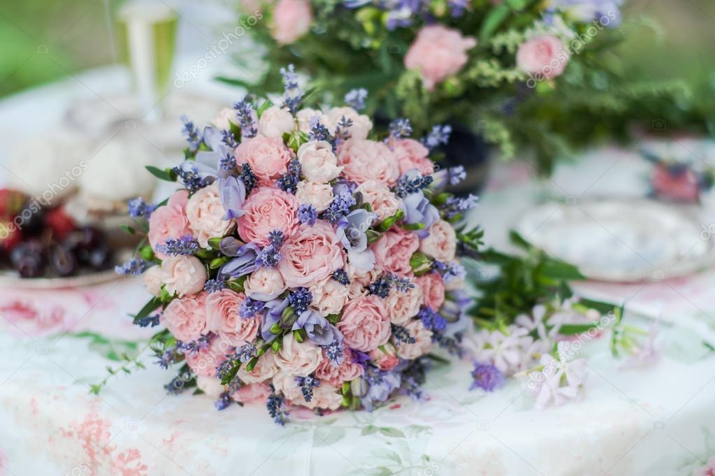 Podava Tabulka Venku Usporadani Kvetu Levandule A Ruze Stock