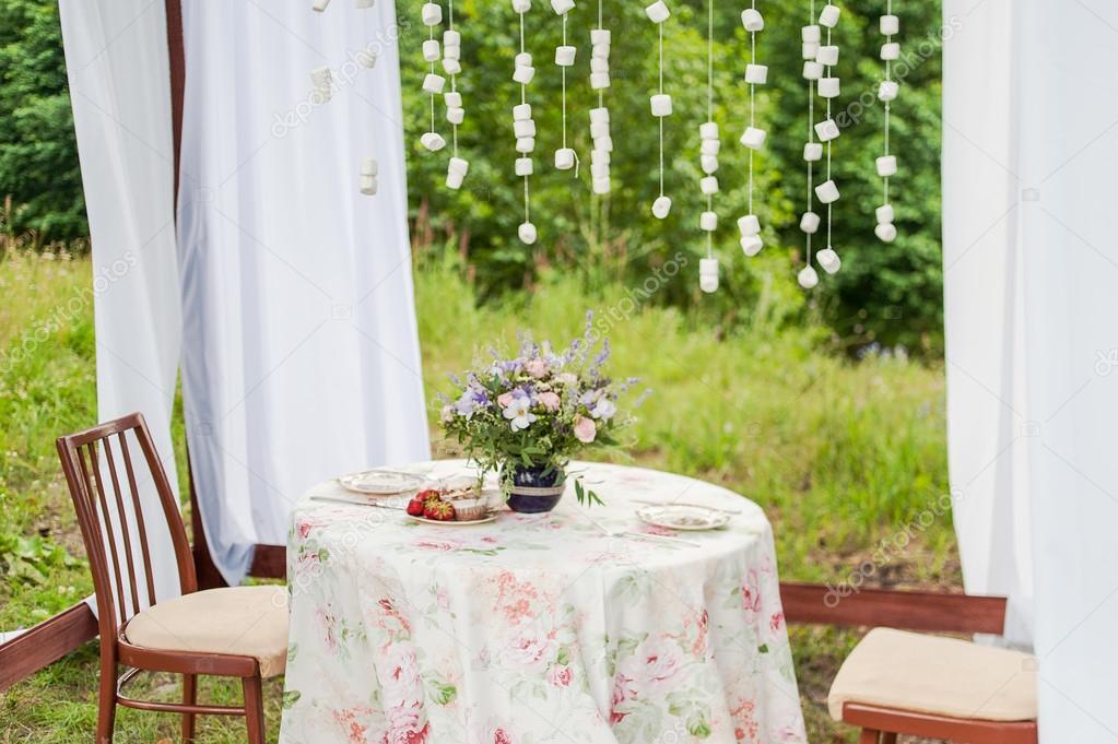 buiten gazebo met witte gordijnen bruiloft decoraties stockfoto