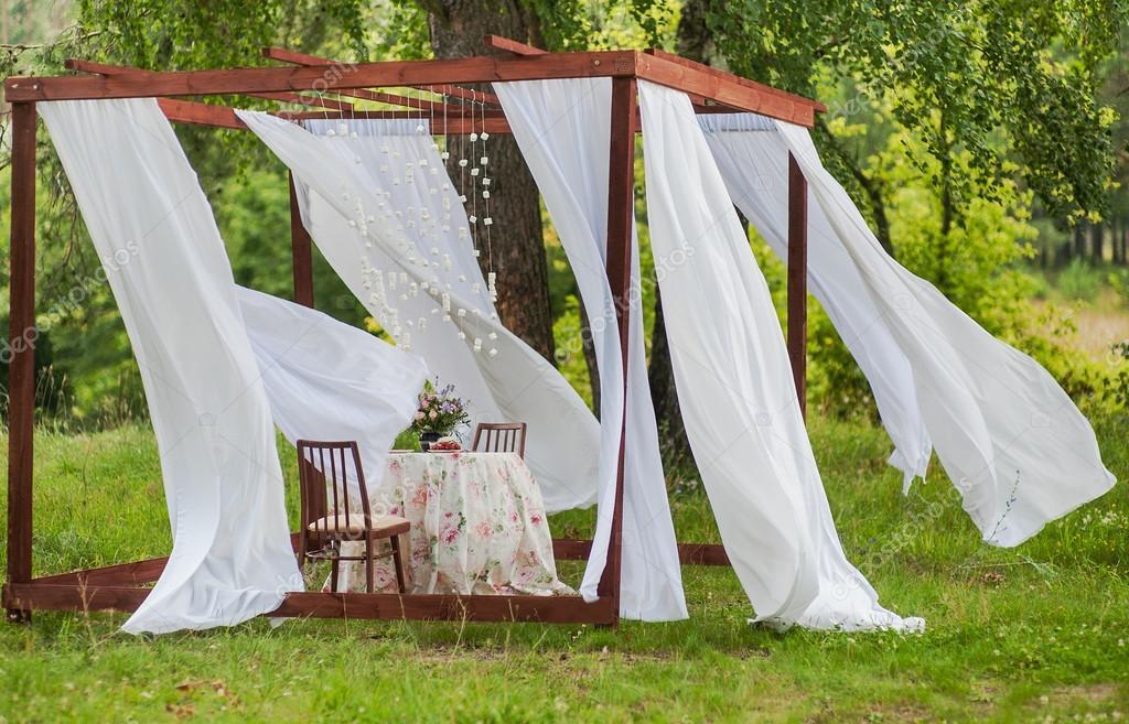 Gazebo esterno con tende bianche. decorazioni di nozze. oggetto d