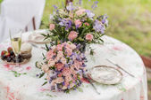 Fotografia Servito il tavolo allaperto. Composizione floreale con lavanda e Rose. Decorazioni di nozze
