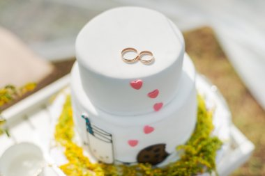 White wedding cake with gold rings