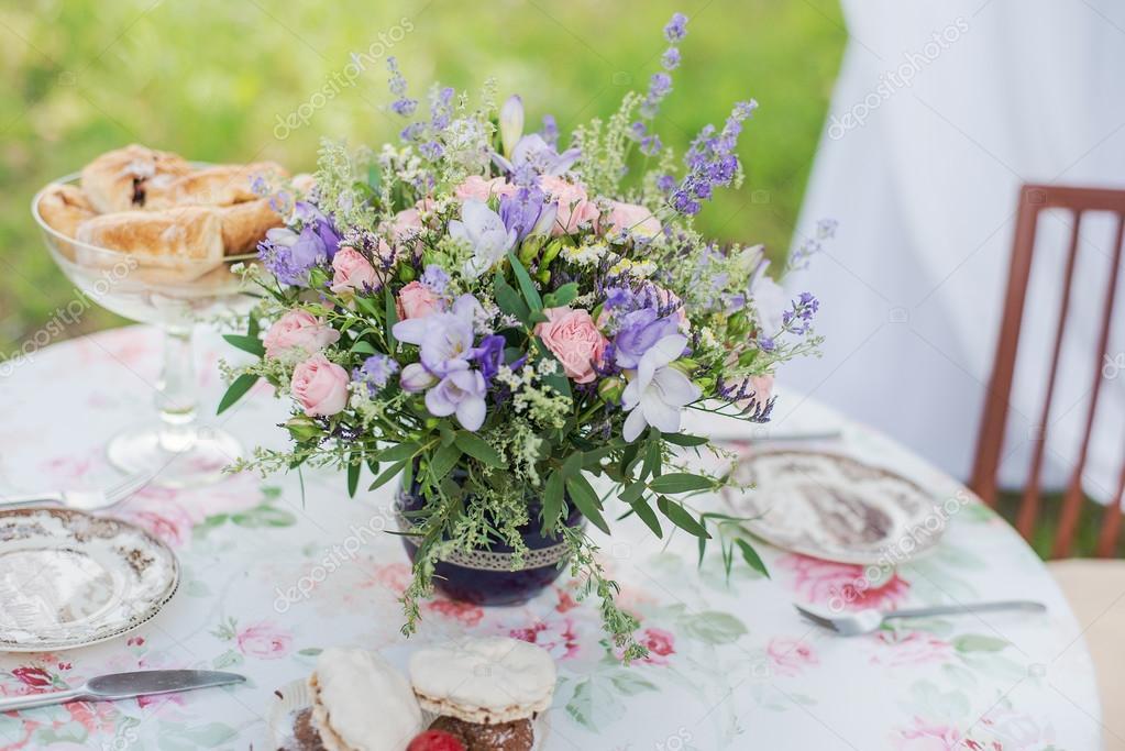 Tisch Im Freien Serviert Blumen Gesteck Mit Rosen Und Lavendel