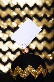 Fényképek Karácsonyi labda-val-a jele, a csillogó arany háttér