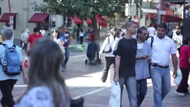 Lidí, kteří jdou v ulici svobody