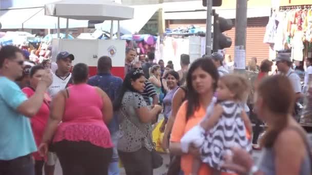 Lidé nakupovat na ulici