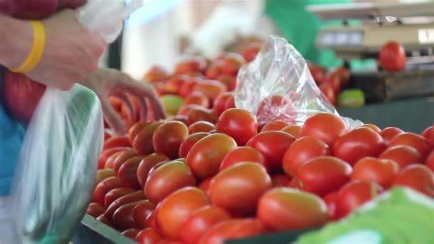 kupovaly rajčata na trhu