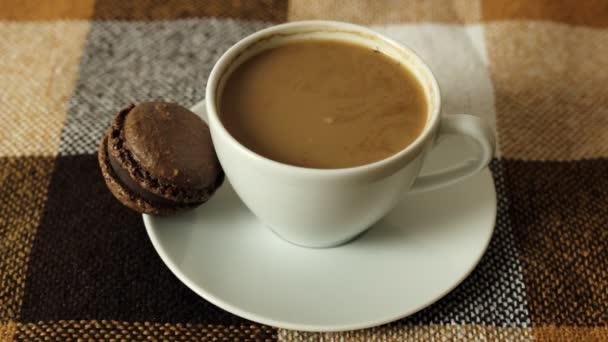 Šálek kávy a macaroons, dívky ruční odběr zákusek makarónek