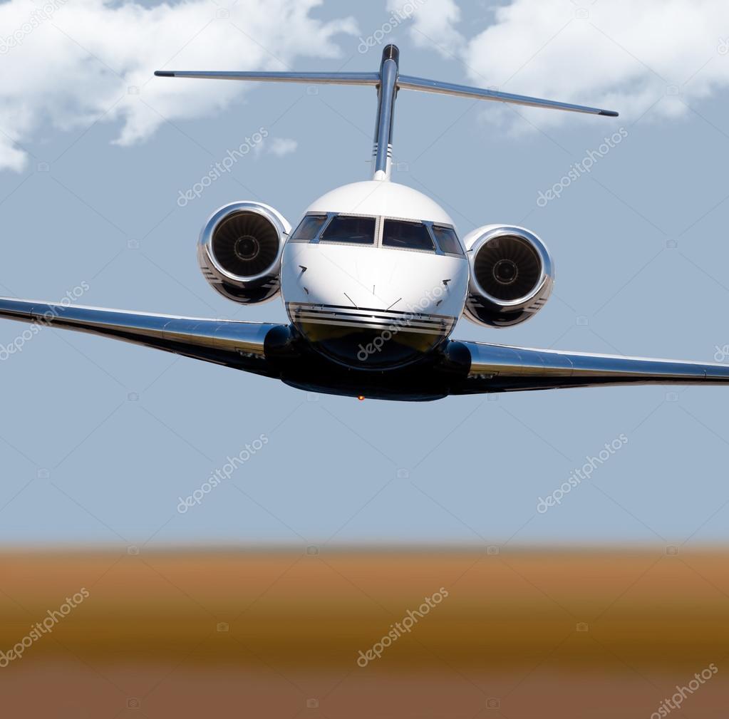 Aereo Privato Lusso : Vista frontale di un jet privato in volo u foto stock
