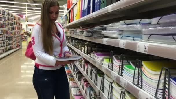 Mladá žena zvolí šablonu v supermarketu