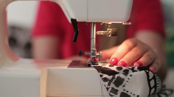 Mani femminili che uso per cucire macchina per cucire, primi piani