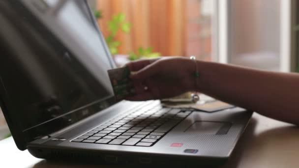 Frau macht Kartenzahlungen online
