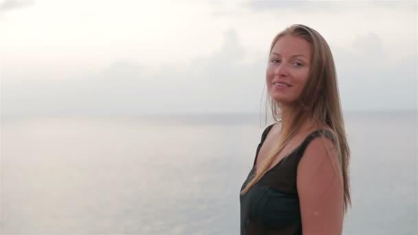 Krásná dívka si užívat slunce a moře na východ slunce