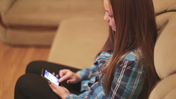 Používání mobilních telefonů při odpočinku v posteli: sociální sítě, internet