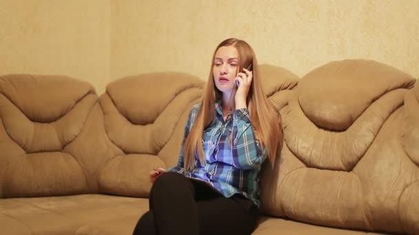 Telefon domů: žena přísahá, volání v obývacím pokoji
