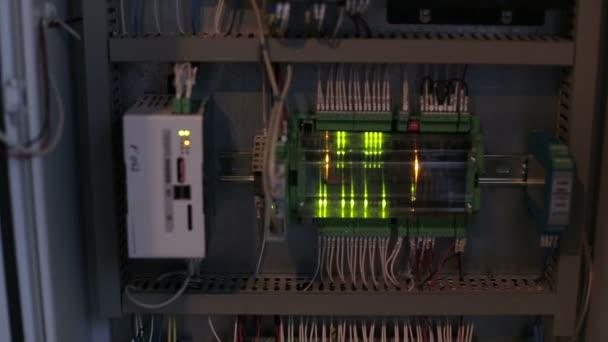 Napájecí kabel je připojen k jistič v elektrické skříni