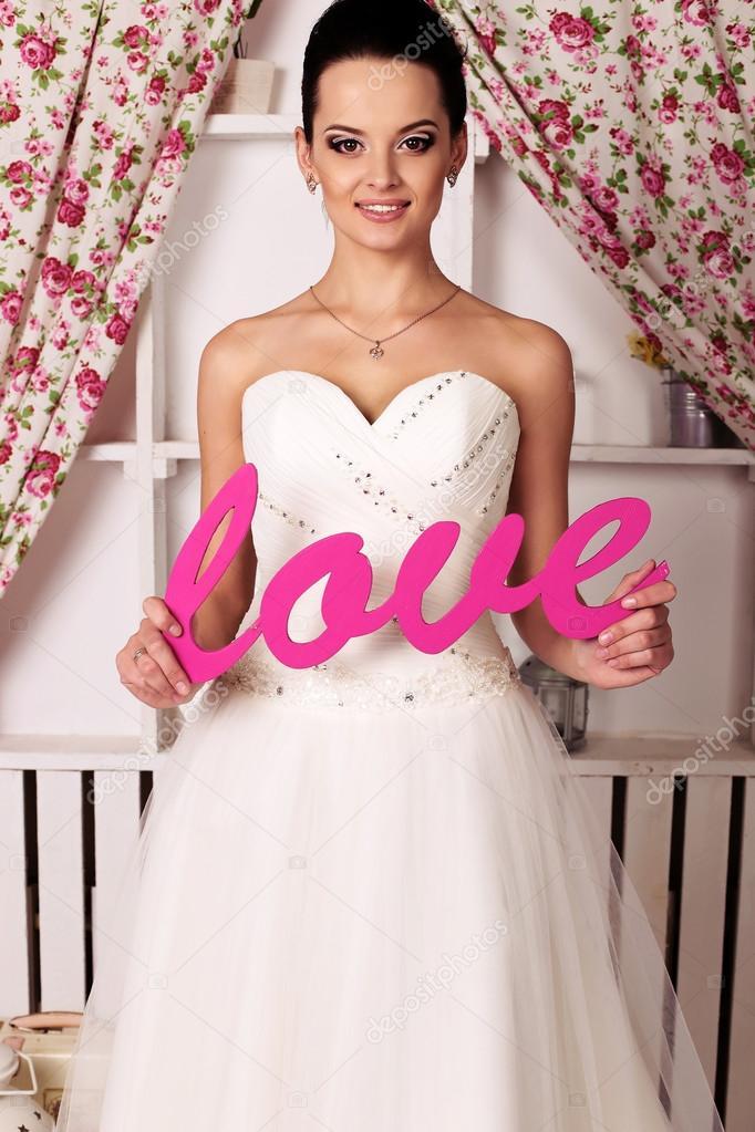 hermosa tierna novia en vestido de novia elegante — Foto de stock ...