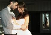 Fényképek gyönyörű pár, a vőlegény és a menyasszony menyasszonyi ruhát