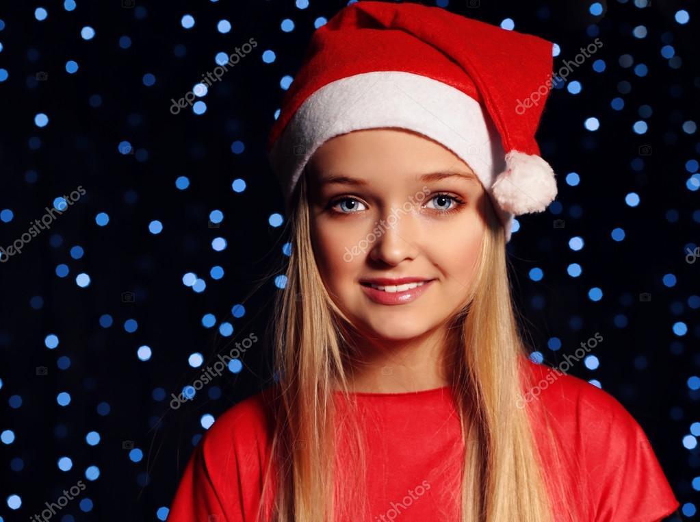 Weihnachten kleines Mädchen im Sankt-Hut — Stockfoto © DariYad #92151650
