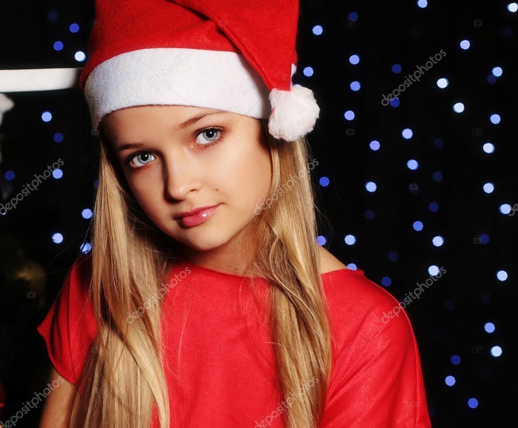 Weihnachten kleines Mädchen im Sankt-Hut — Stockfoto © DariYad #92151848