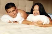 Fotografie sexy schönes Paar entspannenden im Bett