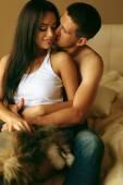 Fotografie schönes reizvolles Paar im Schlafzimmer