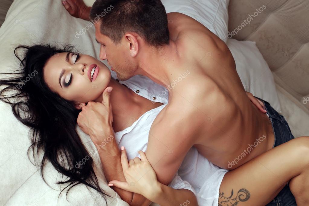 У парня происходит групповой секс с двумя горячими шалавами.
