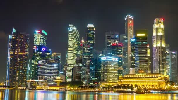 Marina bay v Singapuru v noci