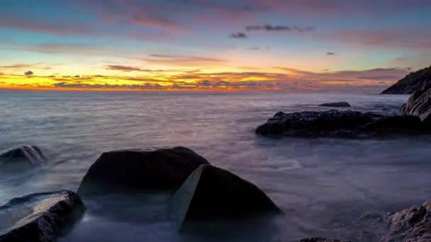 západu slunce na obloze phuket ostrově známá pláž skály Panorama panorama 4 k čas zanikla Thajsko