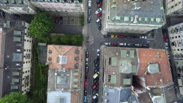 letecký pohled na střechy Ženevského města s pouliční dopravou Švýcarsko, 4k