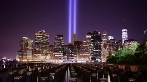 Brooklyn Bridge v noci světlo věže