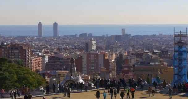 Turisty přeplněné na balkóně Gaudi
