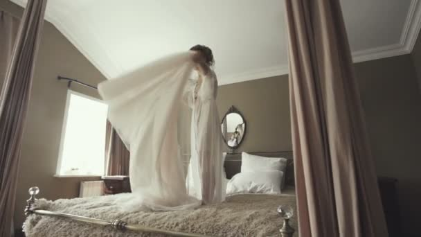 nevěsta, skákání na posteli v bohatý interiér