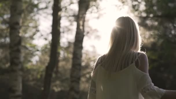 romantická žena v lese