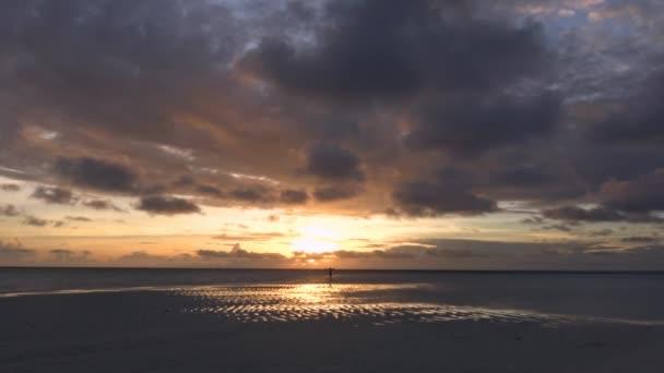 Malebný západ slunce na jedné z neobydlených ostrovů souostroví Maledivy.