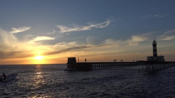 Západ slunce u majáku útesu Deadelus. Rudé moře. Egypt.