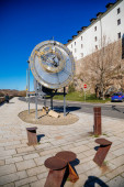 Kadan Astronomické hodiny v blízkosti středověkého hradu, Pocta Mikulášovi od Kadana Císařského hodináře, mechanické hodiny a astronomické ciferníky, slunečný den, Kadan, 4. dubna 2021