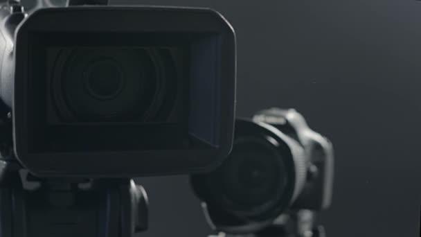 Kamery na černém pozadí