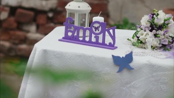 Zdobené svatební stůl v letní zahradě