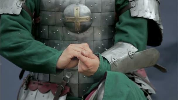 Krieger des Mittelalters schnallt den Gürtel ab