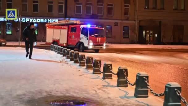 SAINT PETERSBURG, RUSKO - 30. června 2021: Cvičení hasičského sboru Ministerstva pohotovostních situací při hašení požáru. Rozmístění hasičů. Ulice, hasiči, speciální