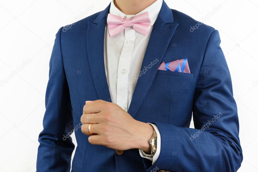 homme en costume bleu noeud papillon mouchoir de poche photographie wisanuboonrawd 105980782. Black Bedroom Furniture Sets. Home Design Ideas
