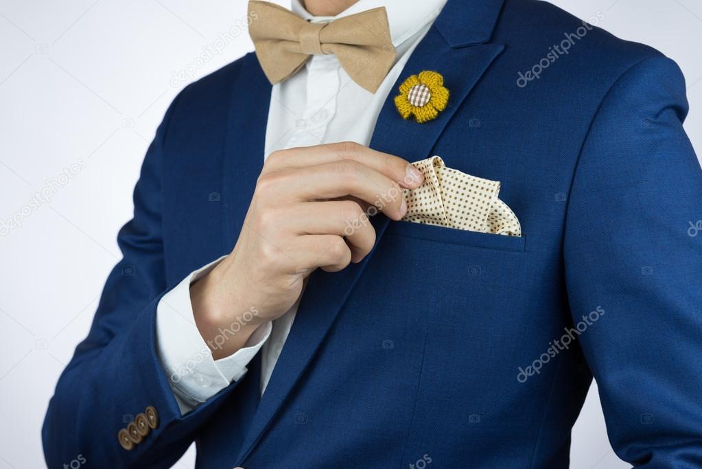 Homme bleu costume noeud papillon, broche, carré de poche